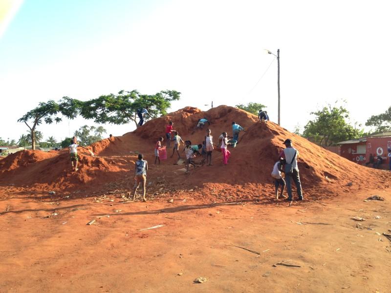 Defensa Del Dret A L'habitatge Digne En Els Barris Informals De Maputo