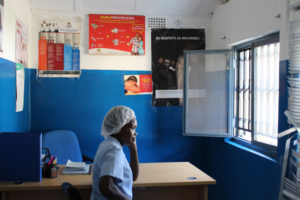 Treballadora del Centre d'Assistència integral a víctimes de violència de gènere mira per la finestra del Gabinet Policial a l'hospital de Chicucue, en Maxixe.