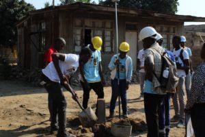 Estudiants de INFATEC instal·lant la demarcació de les parcel·les